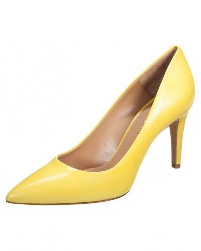 gula högklackade skor