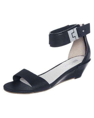 Till dam från Bronx, en svart sandaletter med kilklack.