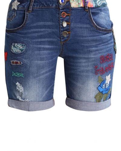 Till tjejer från Desigual, en jeansshorts.