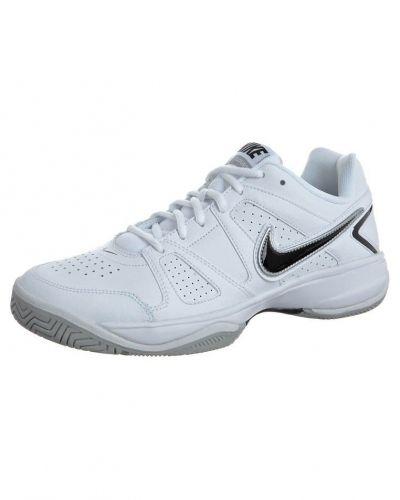 Nike Performance CITY COURT VII Universalskor Vitt från Nike Performance, Träningsskor