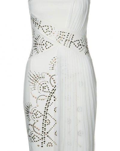Till tjejer från Morgan, en vit cocktailklänning.