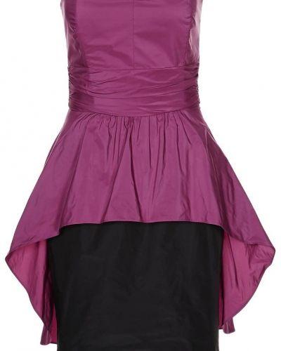 Till tjejer från Swing, en rosa cocktailklänning.