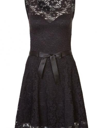 Till tjejer från Morgan, en svart cocktailklänning.