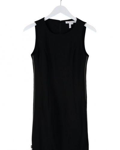 Till tjejer från BCBGeneration, en svart cocktailklänning.