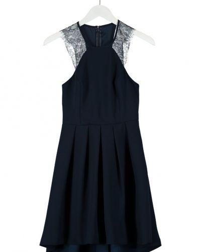 Till tjejer från BCBGeneration, en blå cocktailklänning.