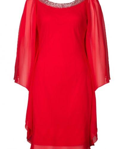 Till tjejer från Mascara, en röd cocktailklänning.
