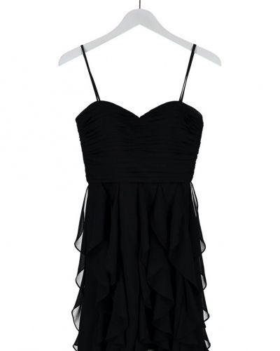 Till tjejer från Laona, en svart cocktailklänning.