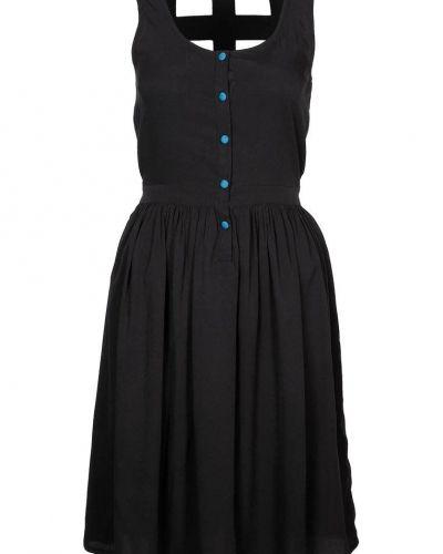 Till tjejer från Even&Odd, en svart cocktailklänning.