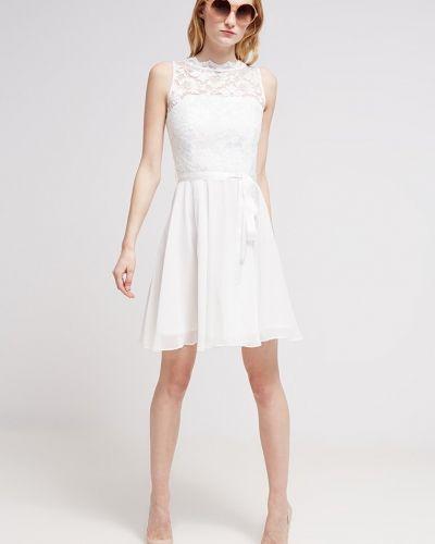 Till tjejer från Swing, en vit cocktailklänning.