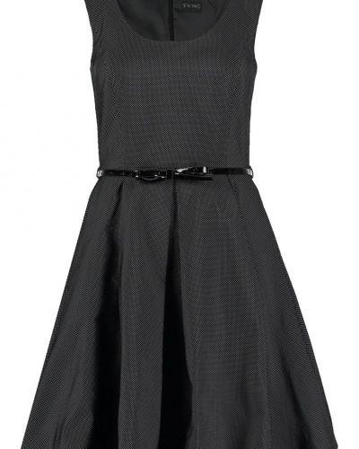 Till tjejer från Swing, en svart cocktailklänning.