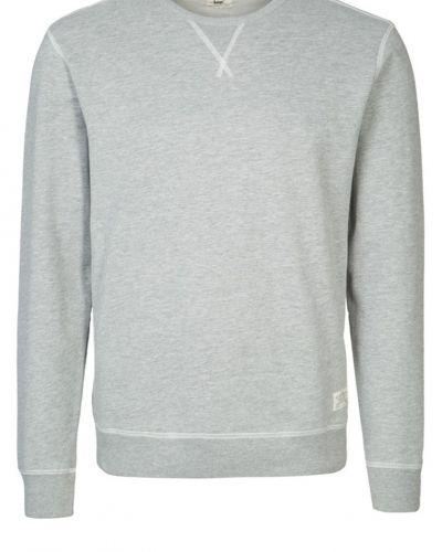 Till killar från Lee, en grå sweatshirts.
