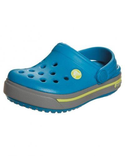 Till barn från Crocs, en blå sandal.