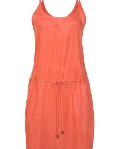 Till tjejer från Calvin Klein Jeans, en orange jeansklänning.