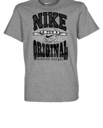 Nike Performance EF8 NOVELTY SWOOSH Tshirt med tryck Grått från Nike Performance, Kortärmade träningströjor