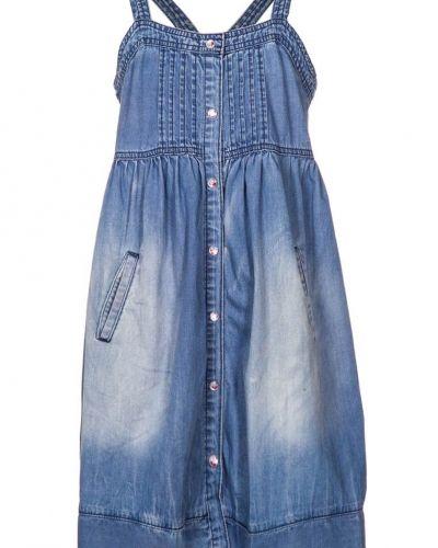Till tjejer från LTB, en blå jeansklänning.