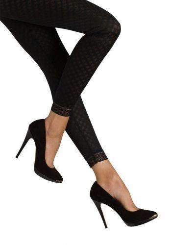 Till dam från Triumph, en svart leggings.