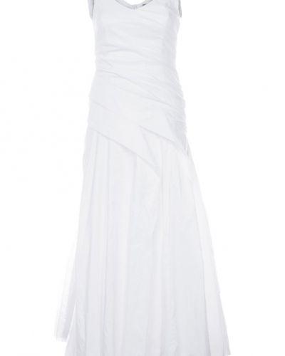 Till tjejer från Ulla Popken, en vit studentklänning.