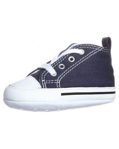 Till kille från Converse, en blå lära-gå-sko.