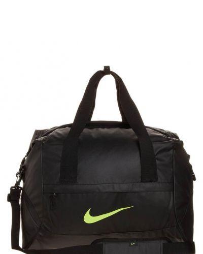 Nike Performance Football shield standard duffel sportväska. Väskorna håller hög kvalitet.