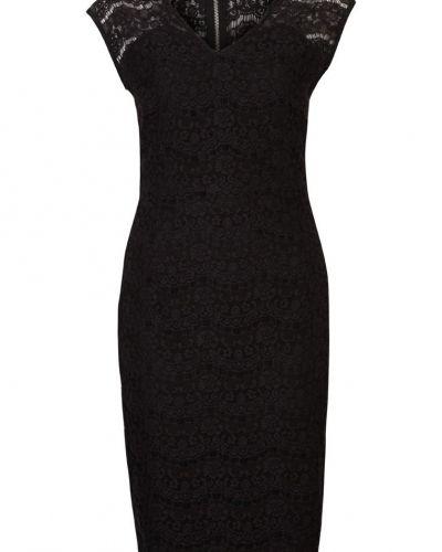 Till tjejer från minus, en svart cocktailklänning.