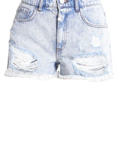 Till dam från Tigha, en jeansshorts.