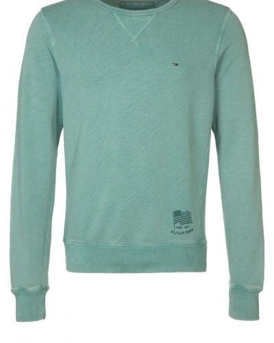 Till killar från Hilfiger Denim, en turkos sweatshirts.