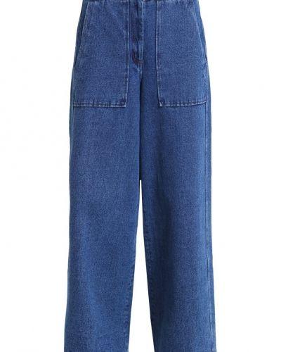 Till tjejer från Nanushka, en bootcut jeans.