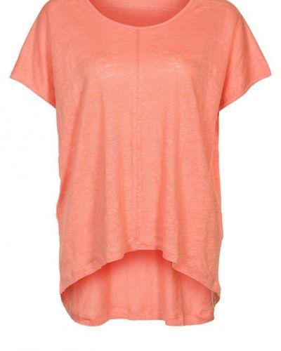 Till dam från Modström, en orange t-shirts.