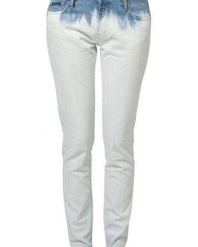 Till dam från d. Brand, en blå slim fit jeans.