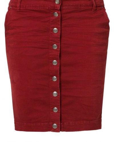 Till tjejer från Replay, en röd jeanskjol.