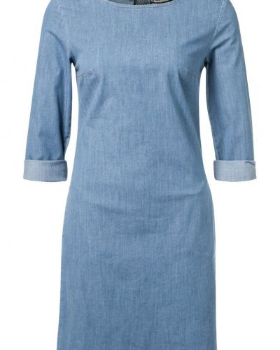 Till tjejer från KIOMI, en blå jeansklänning.