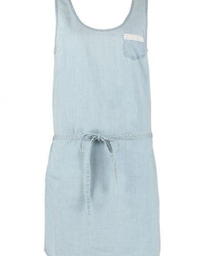 Till tjejer från Even&Odd, en blå jeansklänning.