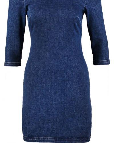Till tjejer från Miss Selfridge, en jeansklänning.