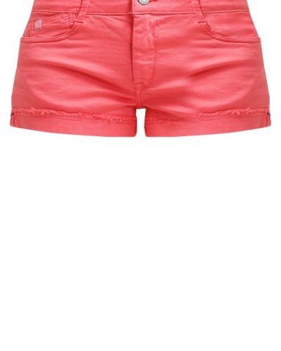 Till tjejer från Le Temps Des Cerises, en jeansshorts.