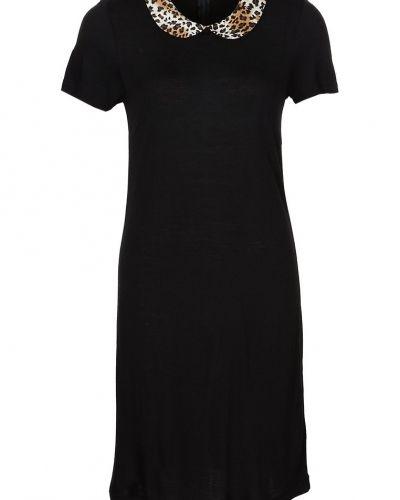 Till dam från Saint Tropez, en svart jerseyklänning.