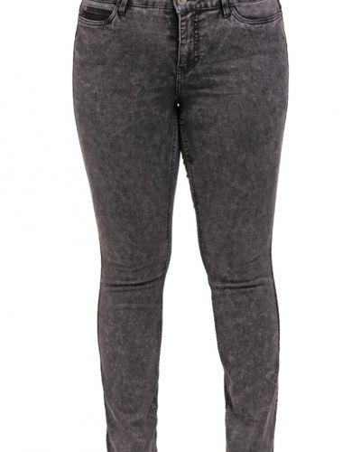Till dam från JUNAROSE, en slim fit jeans.