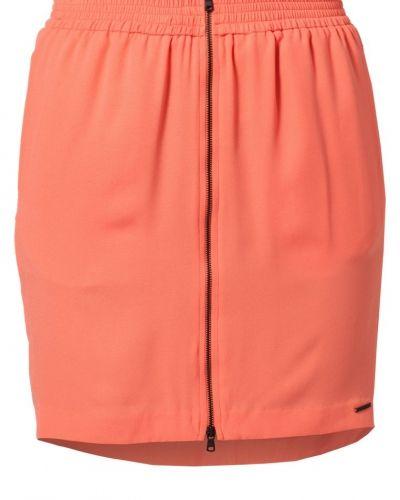 Till tjejer från Calvin Klein Jeans, en orange jeanskjol.