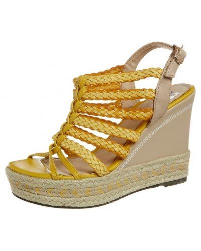 Till dam från Cassis côte d'azur, en gul högklackade sandal.