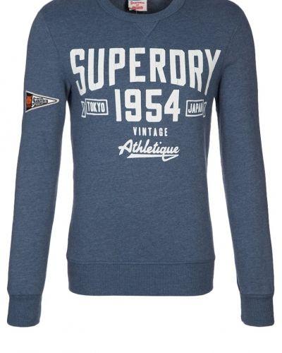 Till killar från Superdry, en blå sweatshirts.