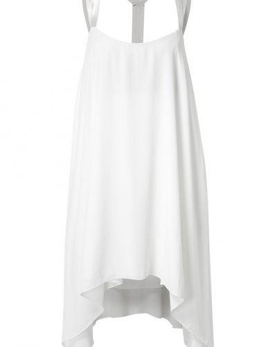 Till tjejer från Chloé Swimwear, en vit studentklänning.