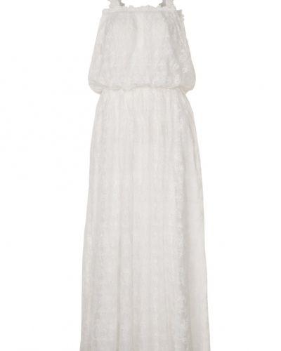 Till tjejer från Brigitte Bardot, en vit maxiklänning.