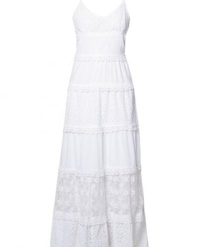 Till tjejer från Morgan, en vit studentklänning.