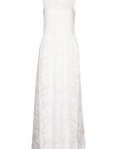 Till tjejer från Dorothy Perkins, en vit maxiklänning.
