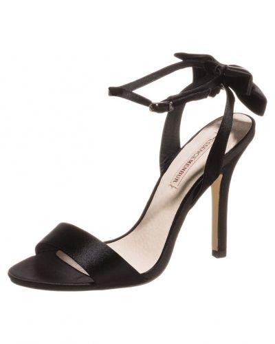 Till dam från Menbur, en svart högklackade sandal.