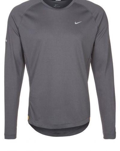 Nike Performance Miller tshirt långärmad. Traningstrojor håller hög kvalitet.