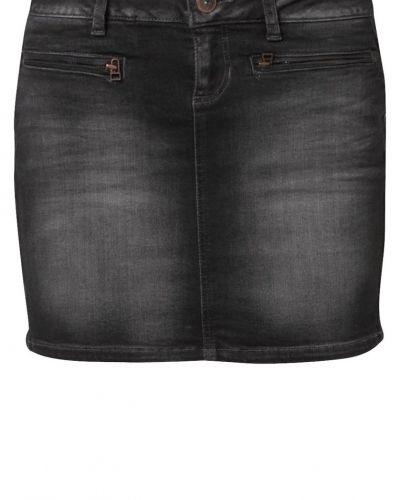 Till tjejer från Tom Tailor Denim, en svart jeanskjol.
