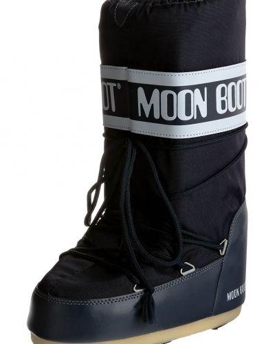 Till dam från Moon Boot, en blå vinterstövlel.