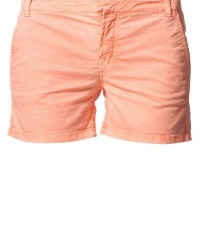 Till dam från Morris, en orange shorts.