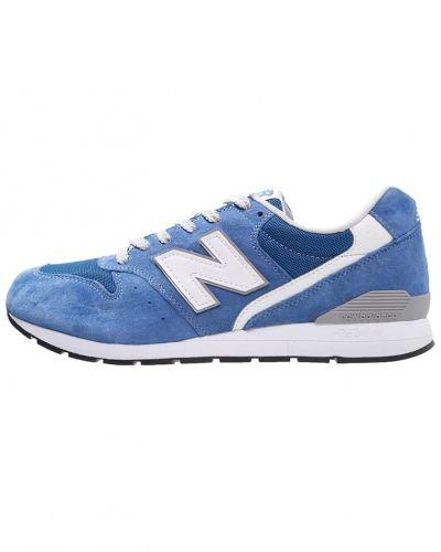 New Balance sneakers till dam.