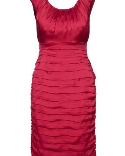 Till tjejer från Coast, en röd cocktailklänning.